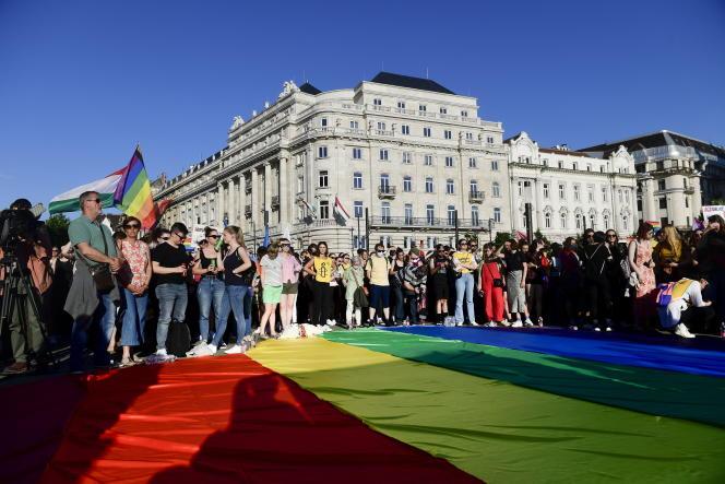 Manifestation pour la défense des droits LGBT devant le Parlement hongrois, à Budapest, le 14 juin 2021.