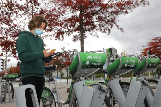 Un usager de la métropole de Saint-Etienne utilisant l'application Moovizy.