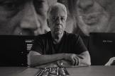 Le photographe Gilles Peress, dans son studio de Brooklyn, New York, en juin 2021.