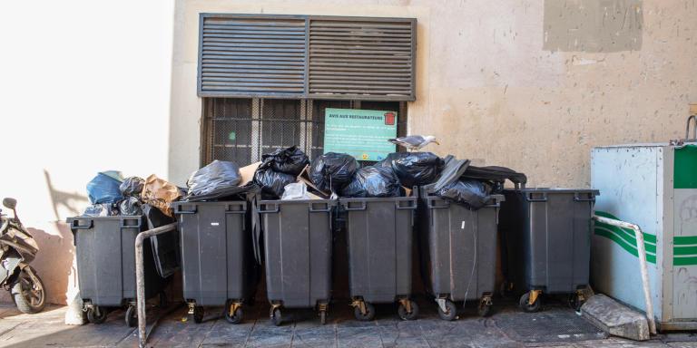 place aux huiles avant le ramassage des ordures, Marseille le 7 juin 2021