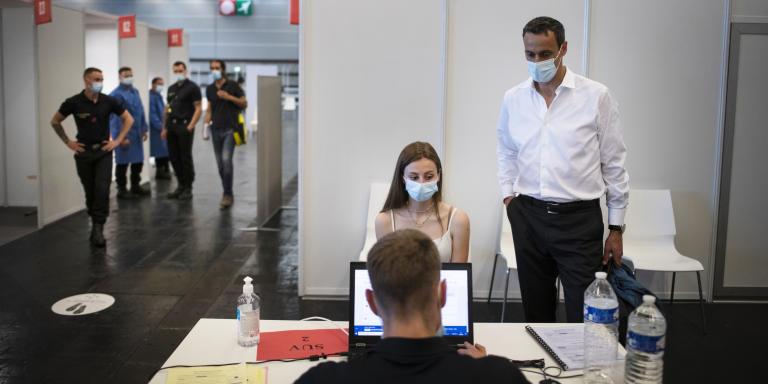 Marc accompagne sa fille Alix, 17 ans, qui  vient de se faire vacciner contre le Covid-19 au centre de vaccination de la Porte de Versailles. Paris le 15 juin. BRUNO FERT POUR LE MONDE.