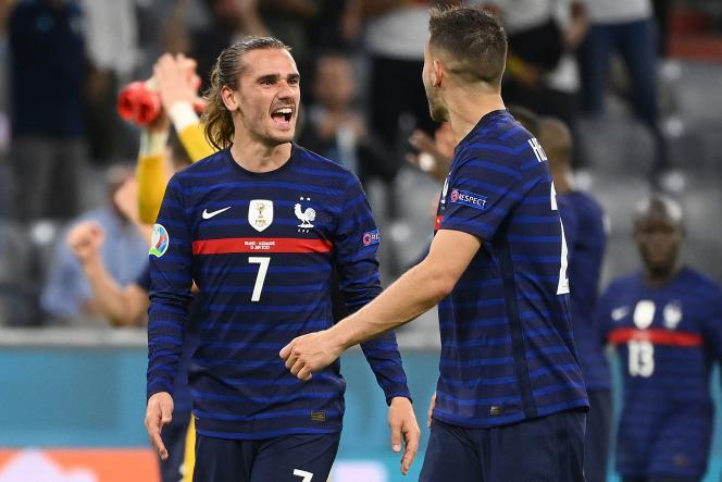 Antoine Griezmann et Lucas Hernandez savourent la victoire de l'équipe de France face à l'Allemagne, le 15 juin 2021, à Munich.