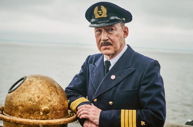 Gustav Schröder, capitaine du «Saint-Louis» (1885-1959), est interprété parUlrich Noethen.