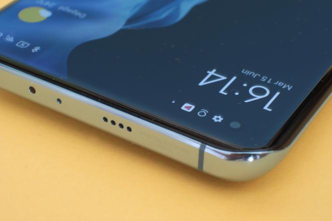 La partie supérieure du Xiaomi comporte une petite grille derrière laquelle est logé le deuxième haut-parleur, qui seconde celui qui est logé plus classiquement au bas du mobile.