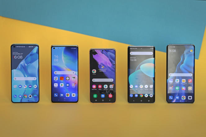 De gauche à droite : le OnePlus 9 Pro, l'Oppo Find X3 Neo, le SamsungS21, le VivoX60Pro, le XiaomiMi11.