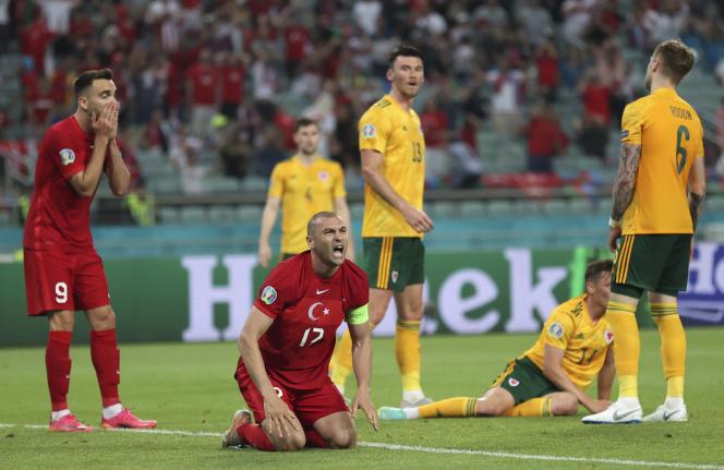 L'attaquant de la Turquie Burak Yilmaz après avoir manqué une occasion de but contre le Pays de Galles, mercredi 16 juin, au stade olympique de Bakou.