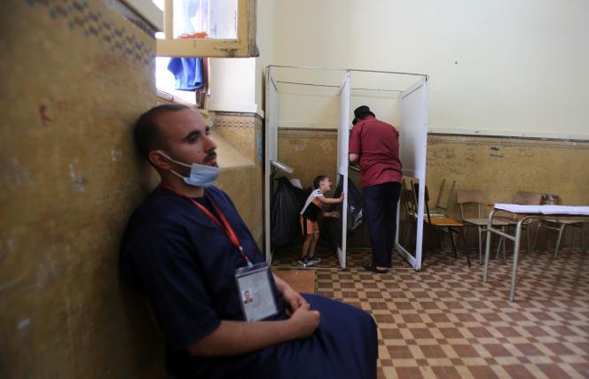 Dans un bureau de vote, à Algers, le 12 juin 2021.