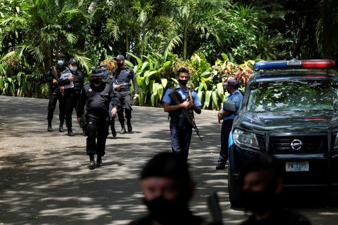 Des policiers nicaraguayens à l'entrée de la maison d'une des candidates de l'opposition,Cristiana Chamorro, après que les procureurs ont demandé son arrestation pour blanchiment d'argent et autres crimes, selon les autorités judiciaires, à Managua, Nicaragua, le 2 juin 2021.