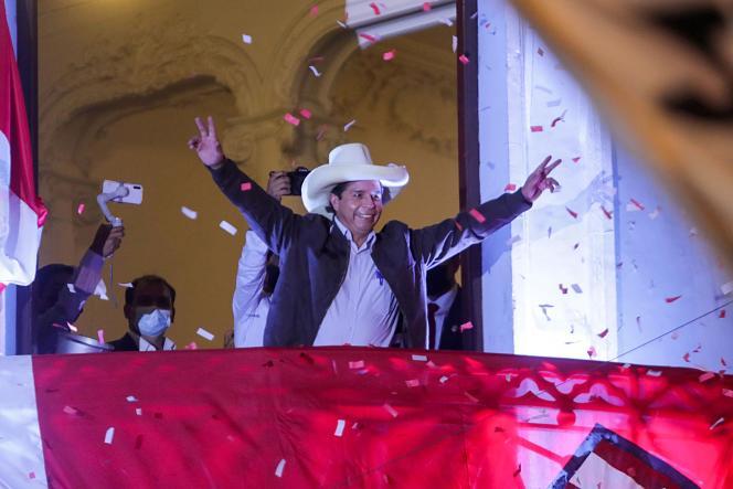Le candidat à la présidentielle péruvien Pedro Castillo s'adresse à des partisans depuis le siège du parti Pérou libre, à Lima, le 15juin 2021.