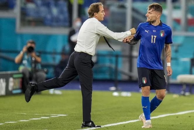 Le sélectionneur de l'ItalieRoberto Mancini félicite Ciro Immobile, auteur du troisième but italien lors de la victoire 3-0 face à la Suisse ce mercredi soir au Stade olympique, à Rome.