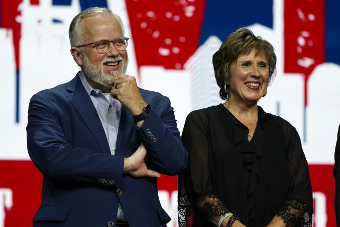 Ed Litton (à gauche), et son épouse, Kathy Litton, lors de la réunion annuelle de la Southern Baptist Convention, le 16juin 2021, à Nashville, dans le Tennessee.