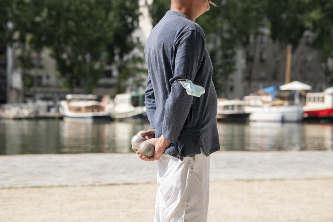 Un homme joue à la pétanque près du canal de l'Ourcq, à Paris, jeudi 16 juin 2021.