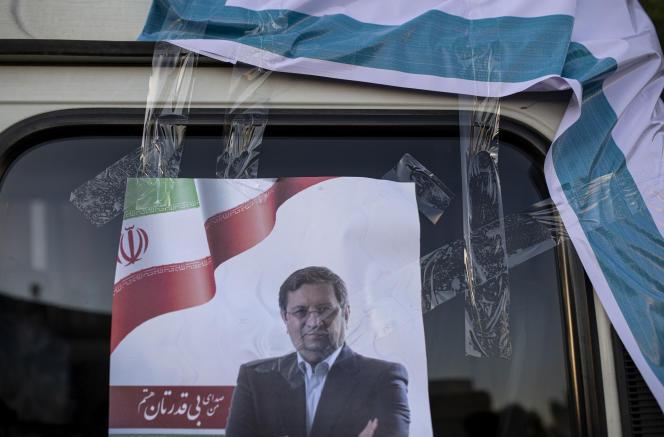 Une affiche du candidat à la présidentielle Abdolnaser Hemmati, collée sur une voiture, à Téhéran, le 12 juin 2021.