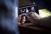 Un homme participe à une vidéoconférence alors qu'il travaille à domicile, le 14 mai 2020.