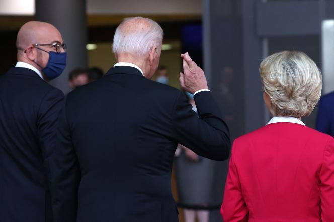 Interrogé surla possibilité d'un accord dans le dossierBoeing-Airbus, JoeBiden, entouré président du Conseil européen Charles Michel, et de la présidente de la Commission, Ursula von derLeyen, répond en croisant les doigts, à Bruxelles, mardi 15 juin.
