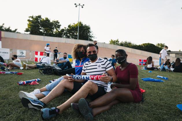 Amira, Tarik et Jennifer viennent de s'installer sur la pelouse du vélodrome municipal. Ils sont employés de l'entreprise ERA Immobilier, qui sponsorise l'évènement.