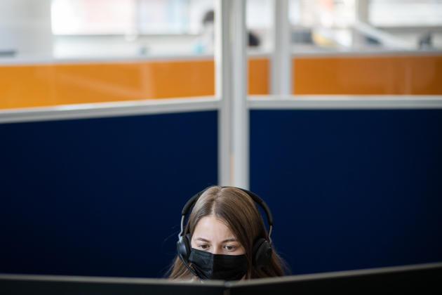 Assya, téléconseillère, devant son écran, a appris à s'adapter à ses interlocuteurs, et à leur présenter les avantages du tracing. Centre d'appels CPAM, Nantes, le 15 juin 2021.