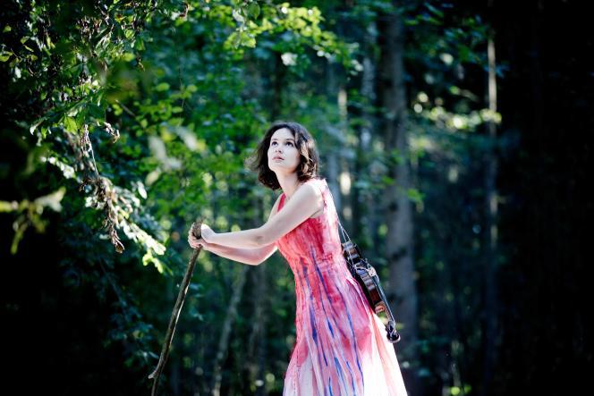 La violoniste Patricia Kopatchinskaja, en octobre 2016, à Bremgartenwald, une forêtprèsde Berne en Suisse.