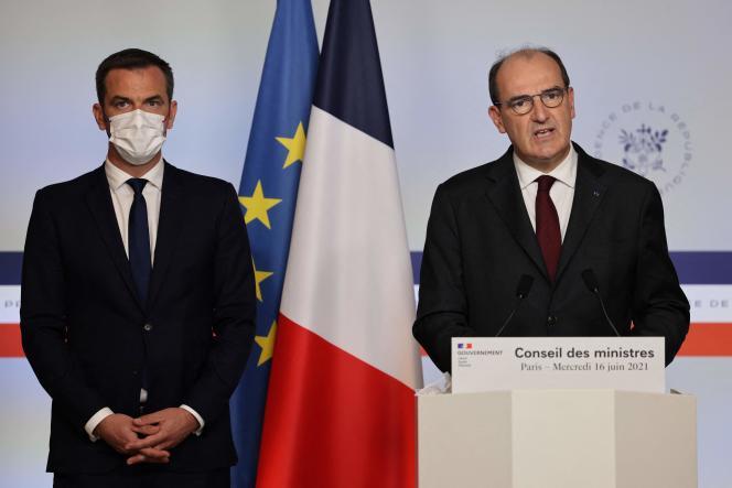 Le ministre de la santé, Olivier Véran, et le premier ministre, Jean Castex, lors d'une allocution à la sortie du conseil des ministres, à Paris, mercredi 16juin2021.