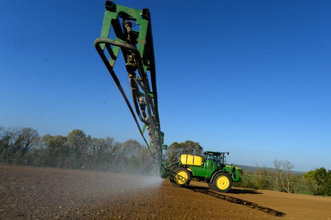 Un agriculteur français utilise du Roundup 720, un herbicide à base de glyphosate, le 23 avril 2021 à Piacé (Sarthe).