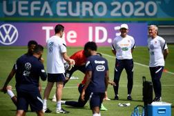 Le sélectionneur des Bleus, Didier Deschamps, et son adjoint, Guy Stéphan, animent une séance d'entraînement à Munich, mercredi 16 juin.