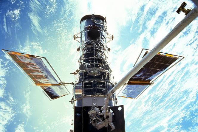 Les astronautes Steven L. Smith et John M. Grunsfeld, lors de la mission d'entretien de Hubble, en décembre 1999.