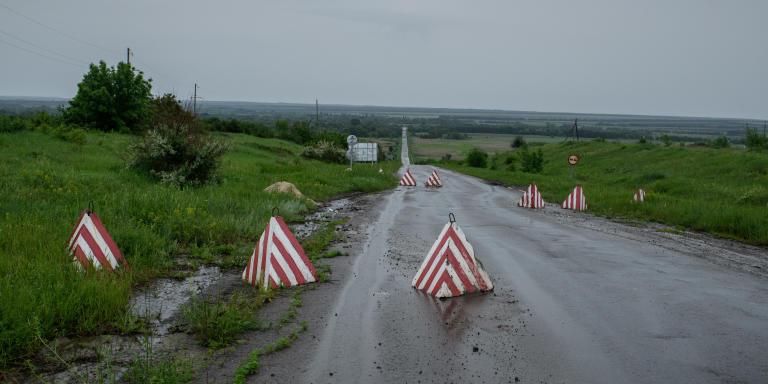Poste de contrôle militaire ukrainien sur la route menant à Starobilsk. Donbass. Ukraine.  Ukrainian military checkpoint on the road to Starobilsk. Donbass. Ukraine.