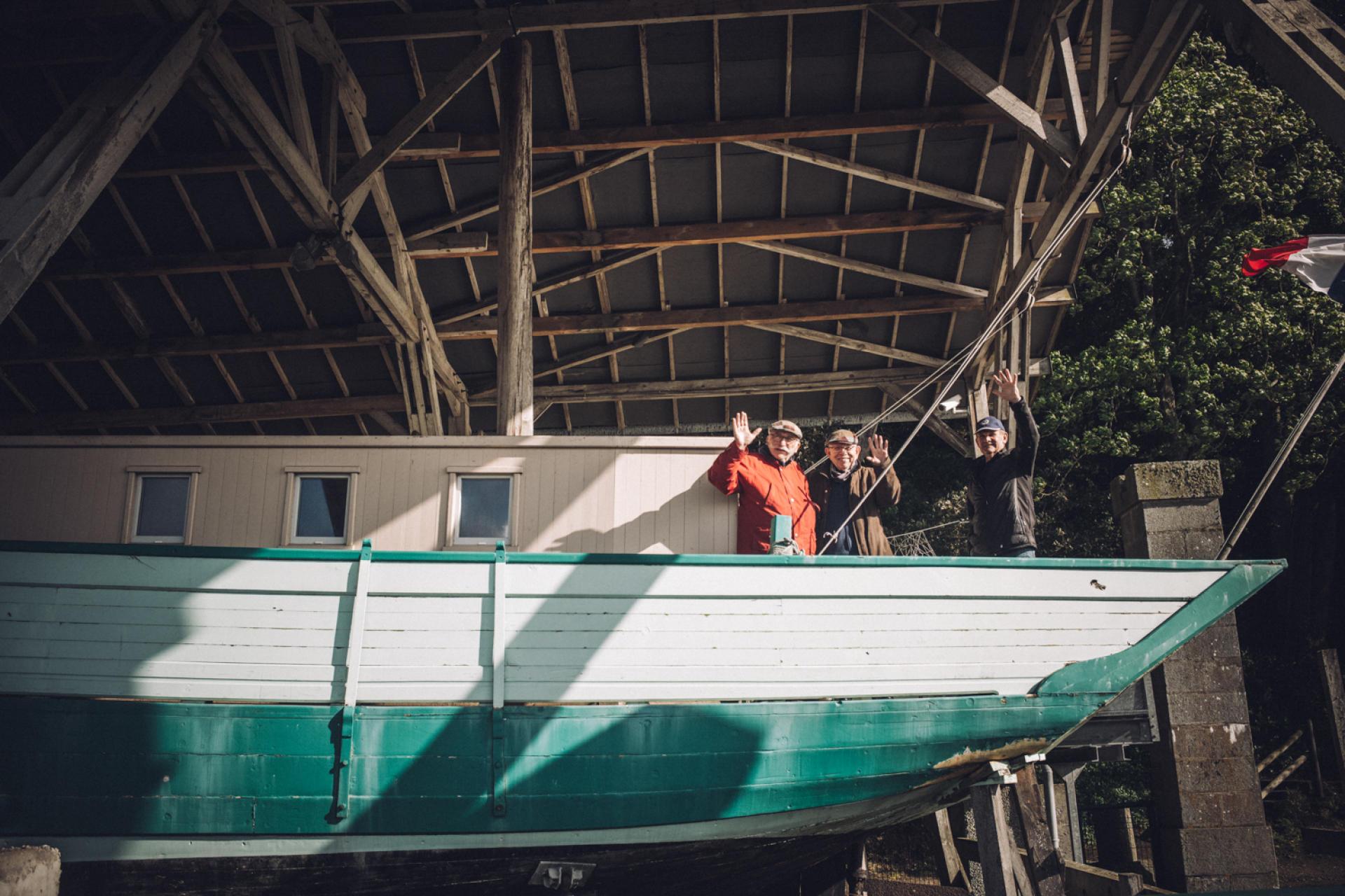 Le dundee «Ar-Zénith», dans la cale des torpilleurs à Saint-Servan (Ille-et-Vilaine), le 21 mai 2021, A bord, trois membres de l'amicale France libre-«Ar Zénith» (de gauche à droite) : Bernard Bertrand, Jean-Claude Fèvre et Claude-Alain Liot.