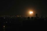 De la fumée et des flammes sont visibles dans le ciel après une frappe aérienne israélienne dans le nord de la bande de Gaza, le 17 juin 2021.