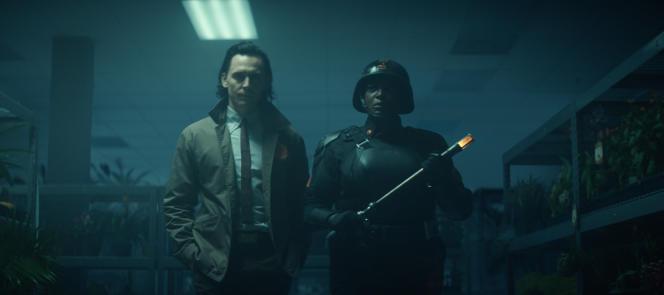 Tom Hiddleston (Loki) et Wunmi Mosaku (Hunter B-15) dans le deuxième épisode de la série «Loki».