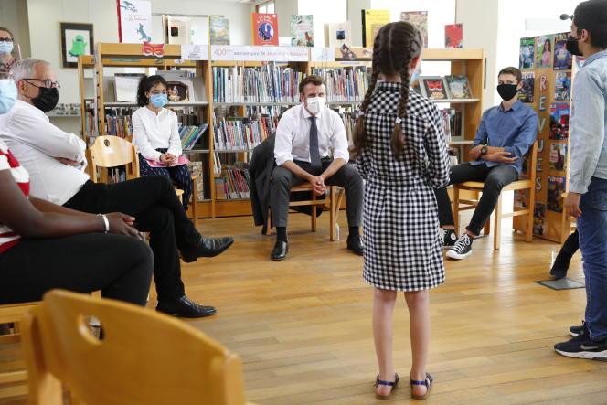 Emmanuel Macron échange avec des élèves autour de Jean de La Fontaine et de la lecture en compagnie de l'acteur Fabrice Lucchini, à la médiathèque de Château-Thierry (Aisne), le 17 juin.