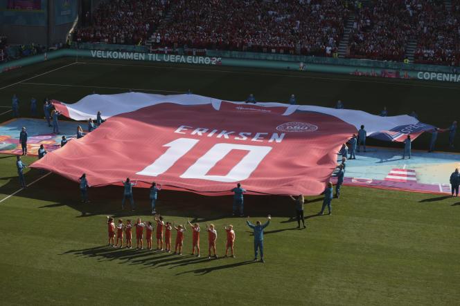 En hommage à Christian Eriksen, un grand maillot floqué à son nom a été déployé sur le terrain avant le match.