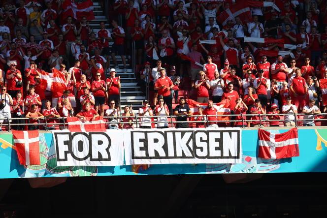 Des supporters danois affichent une bannière en soutien au joueur Christian Eriksen, au stade Parken, à Copenhague, le 17 juin 2021.