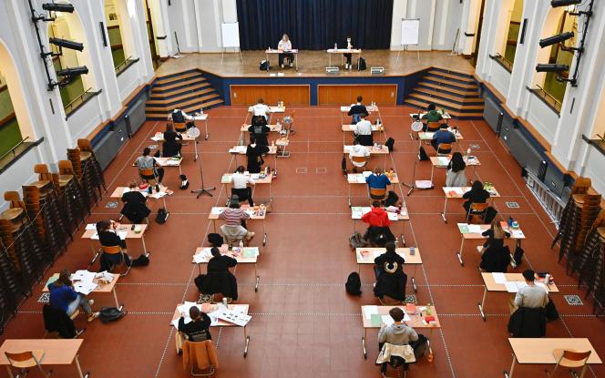 Des élèves passent l'épreuve de biologie de l'Abitur, dans un gymnase à Berlin, le 22 avril 2020.