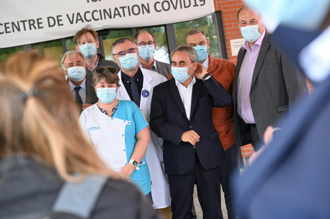 Xavier Bertrand rencontre le personnel de la maison de santé Léonard-de-Vinci, (Pas-de-Calais), le 11 juin 2021.