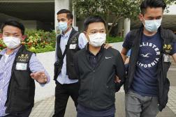 Ryan Law, deuxième à partir de la droite, rédacteur en chef d'«Apple Daily», est arrêté par des policiers à Hongkong, le 17 juin 2021.
