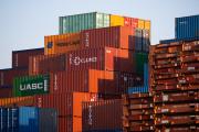 Des dizaines de conteneurs de fret sont empilés dans le port de Hambourg (Allemagne), le 10 juin 2021.