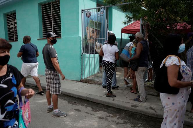 Un portrait de Fidel Castro (1926-2016) à l'entrée d'un centre de vaccination à La Havane, le 15 juin 2021.