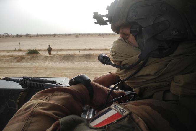 Un soldat français de l'opération « Barkhane» en patrouille entre Gossi et Hombori, au Mali, en mars 2019.