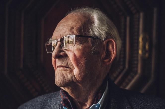 Jacques Le Gall chez lui, à Saint-Servan (Ille-et-Vilaine), le 21 mai 2021. L'ex-officier de marine a fêté ses 100 ans en février 2021.