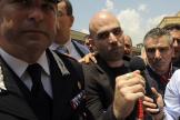 Roberto Saviano escorté au tribunal de Naples pour le procès en appel des boss de la Camorra, en juin 2008.