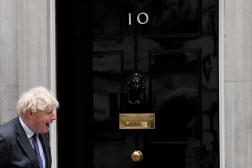 Le premier ministre britannique Boris Johnson devant le 10 Downing Street, à Londres, le 17 juin 2021.
