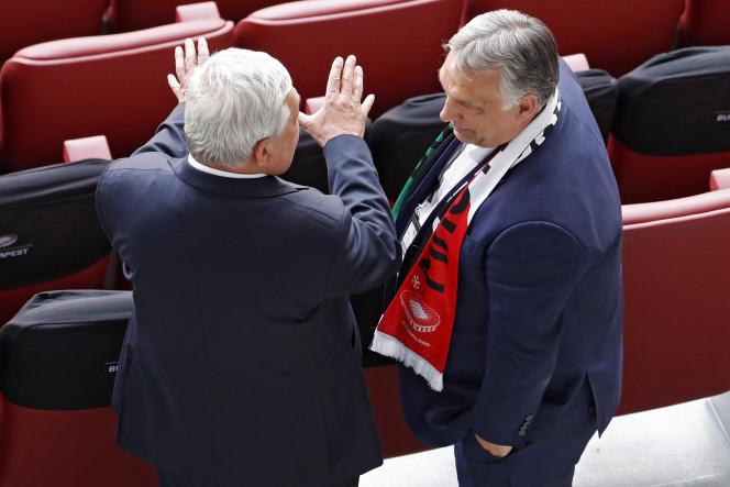 Le Premier ministre hongrois, Viktor Orban, discute lors du match de l'Euro entre la Hongrie et le Portugal, à Budapest, le 15 juin 2021.