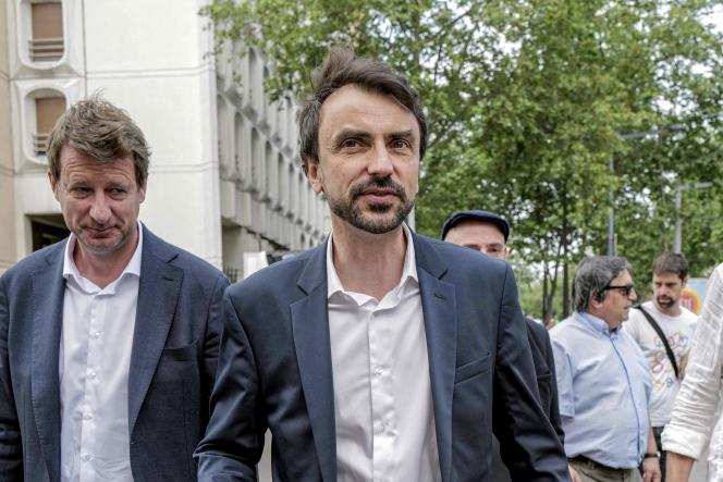 Le maire (EELV) de Lyon, Grégory Doucet, et le député européen EELV Yannick Jadot en visite dans le quartier de la Croix-Rousse à Lyon, vendredi 18 juin.