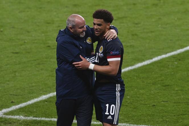 Le sélectionneur de l'équipe d'Ecosse, Steve Clarke, félicite son attaquant Che Adams à l'issue du match contre l'Angleterre, à Wembley, qui s'est soldé par un nul (0-0), le 18juin.