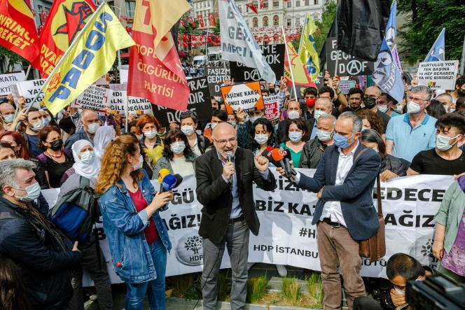 Manifestation, à istanbul, le 17 juin, après l'attaque armée à la permanence du parti prokurde HDP d'Izmir.