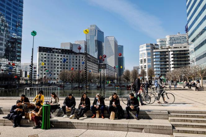 Sur le parvis de La Défense (Hauts-de-Seine), le 23 mars 2021.
