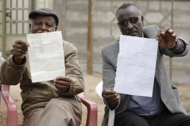 رهبران جامعه لیستی از افراد بازداشت شده در Nekemte ، غرب ارومیه ، 26 فوریه 2020 را نشان می دهند.