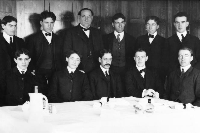 L'Américain Harvey W. Wiley (1844-1930 ,debout, 3e homme en partant de la gauche) au milieu de sa«brigade des empoisonnés volontaires», en 1902.