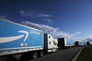 Des camions patientent à l'extérieur du centre de distribution d'Amazon, àStaten Island, dans l'Etat deNew York, le 21 avril 2020.